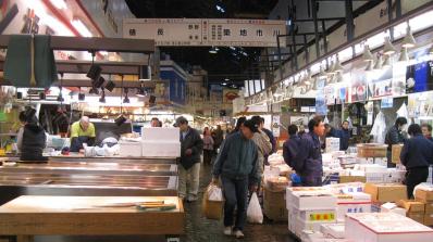Голям пожар бушува на най-големия рибен пазар в света