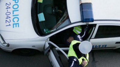 Мъж и жена нападнаха полицаи, счупиха предното стъкло на патрулка