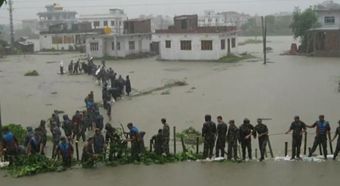 36 загинаха при наводнения и свлачища в Непал (видео)