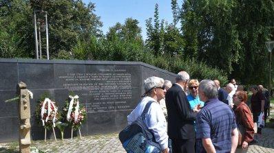 Почетоха паметта на жертвите на комунизма на Мемориала край НДК (снимки)