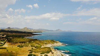 Защо Сардиния глобява туристите, отмъкващи пясък като сувенир
