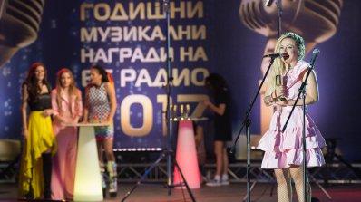 """Поли Генова """"пуши"""" на закрито (снимка)"""