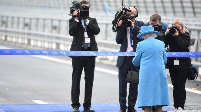 Елизабет Втора откри най-високия мост във Великобритания (снимки)