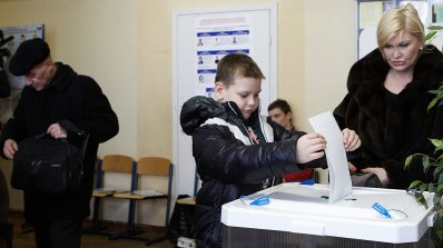 Със смартфони, коли и рапъри примамват избиратели пред урните в Русия