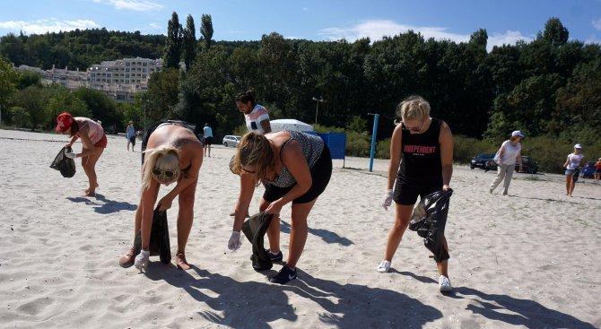 Германци чистиха плажа във Варна (снимки)