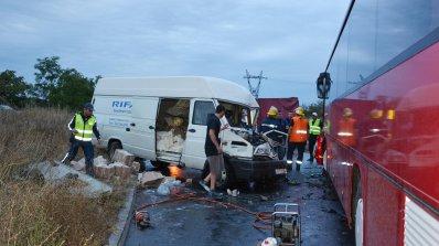 Обърнат турски камион предизвика тежка верижна катастрофа (снимки)