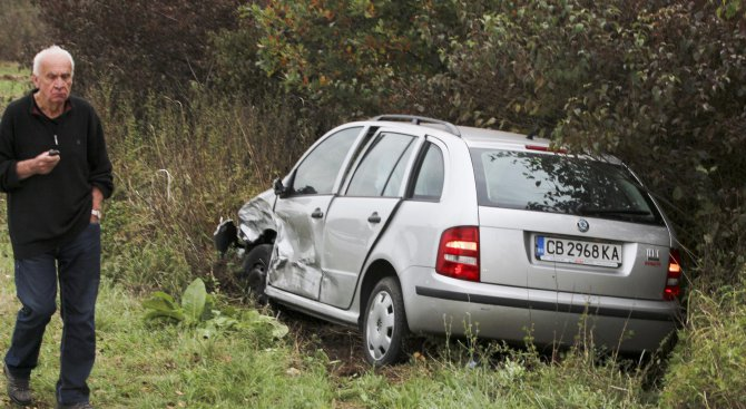 Катастрофа с три автомобила запуши пътя за Варна (снимки)