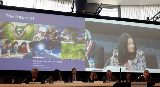 Министър Павлова: Необходим е баланс между безвъзмездната помощ и финансовите инструменти