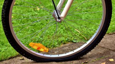 Кола помете велосипедист, мъжът е с опасност за живота