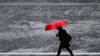 Оранжев код за обилни валежи и силен вятър в шест области утре