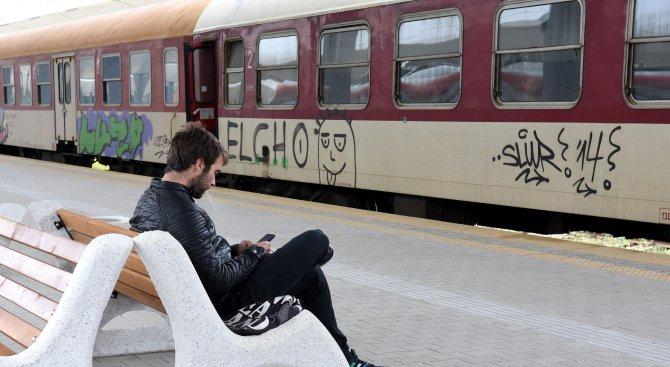 Бързият влак Бургас-София тръгна без началника си, тя го догони с кола