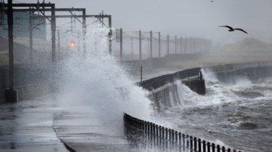 Бурята Офелия удари Ирландия и взе жертва (видео)