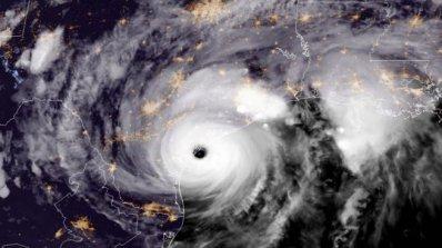 Ураганът Офелия отслабна до посттропически циклон, но все още заплашва британците