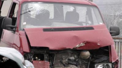 Бус самокатастрофира край Драгичево, пострадали са 7 души, двама са в много тежко състояние (обновен