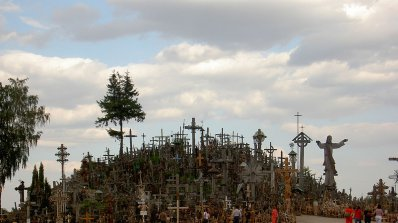 Мистериозен хълм пази тайните на хиляди кръстове