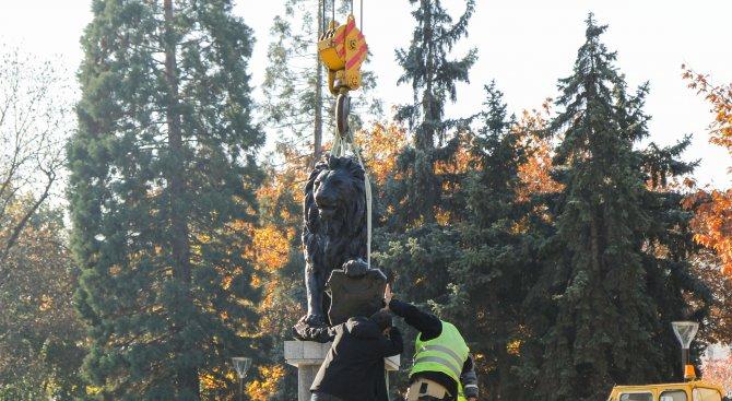 Лъвът от войнишкия мемориал пред НДК отново зае мястото си (снимки+видео)