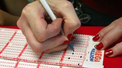 Жена тръгна да прибира печалбата си от лотарията и уцели втори джакпот