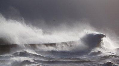 Ураганният вятър блокира пристанищата в Бургас и Варна, получени са 50 сигнала за паднали дървета