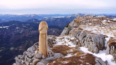 Огромен дървен пенис увенча алпийски връх (снимки)