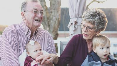 Бабите и дядовците излагат на риск здравето на внуците си, като ги глезят