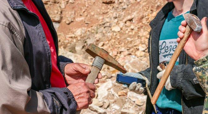 Задържаха двама мъже за незаконни разкопки
