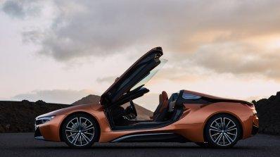 Блясък и лекота на премиерата на BMW i8 Roadster (видео)
