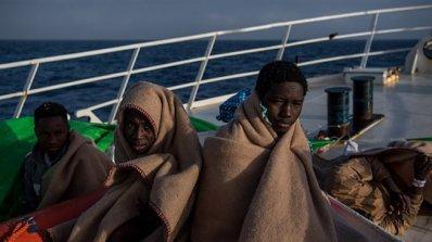 Един човек е загинал при сблъсъци на мигранти на остров Лесбос