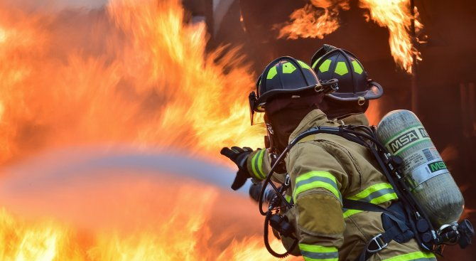 Пожар пламна в апартамент в Пловдив, мъж пострада