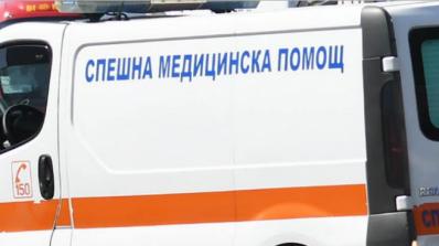 Автобус с работници се удари в крайпътно дърво, загинаха двама души