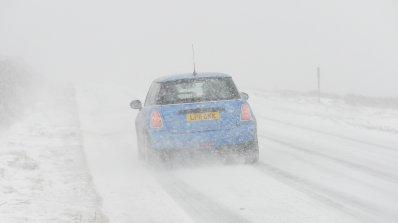 Обилни снеговалежи нарушиха транспорта във Великобритания