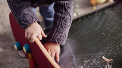Осигуряват 1500 бавачки за децата извън градините
