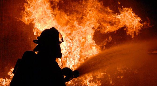 Пожар изпепели заведение, железария и магазин за домашни потреби в Бургас