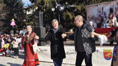 """Цветан Цветанов се хвана на хорото на кукерския карнавал """"Старчевата"""" в Разлог (снимки+вид"""
