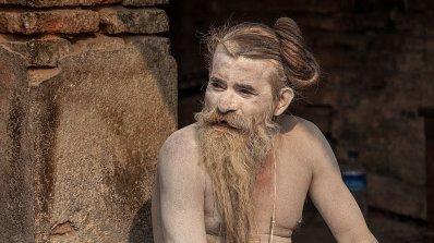 Монах тегли камионетка с достойнството си (снимки)