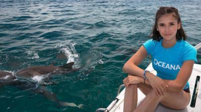 Нина Добрев плува с акули (видео)