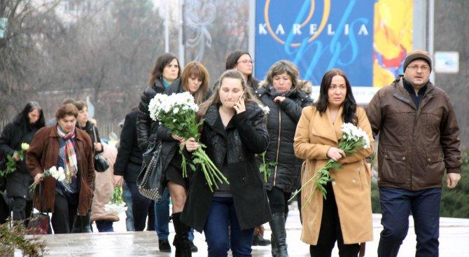 Десетки жители на Велико Търново дойдоха на поклонението на бизнесмена Петър Христов (снимки)
