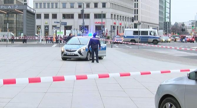 Отцепиха площад в Берлин заради подозрително куфарче (обновена+видео)