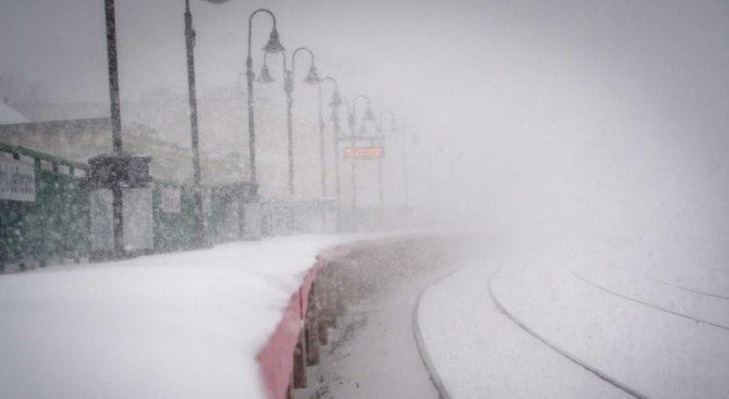 Снежна буря блокира влак с около 600 пътници в Япония