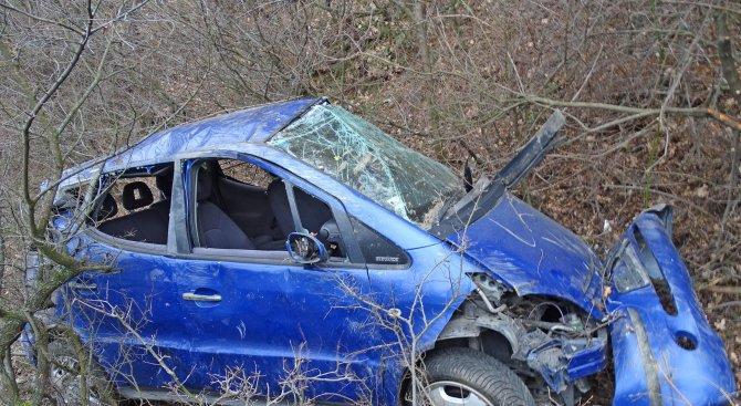 Вижте Мерцедеса, излетял в пропаст над Благоевград, в който двама ученици се спасиха по чудо (снимки