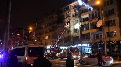Един човек е в тежко състояние след пожар в жилищна сграда в София (снимки)