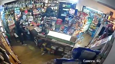 Маскиран и въоръжен обра денонощен магазин в Перник (видео)