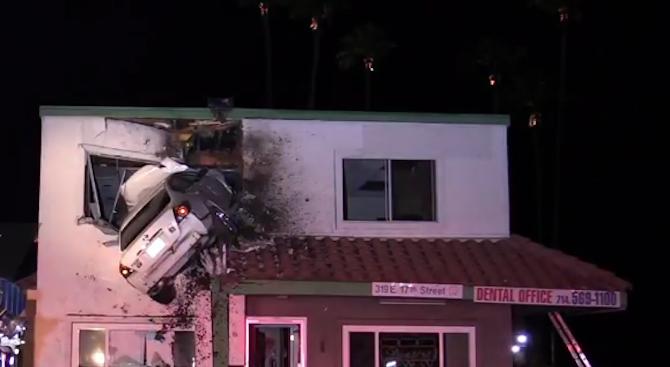 Надрусан шофьор паркира автомобила си във втория етаж на сграда в САЩ (видео)