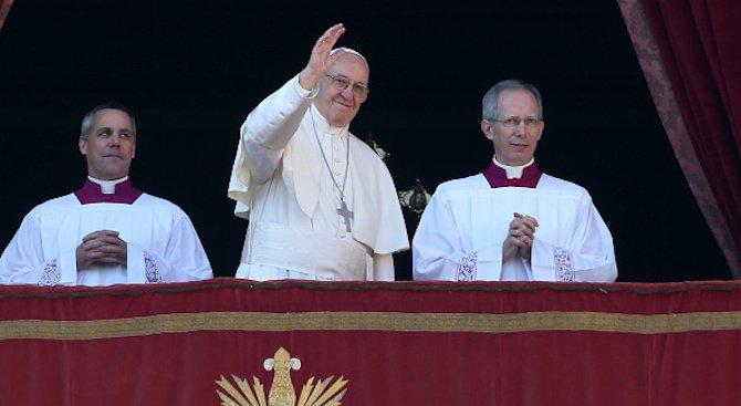 Папата венча стюардеса и стюард в самолет над Чили (видео)
