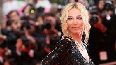 Мадона остана само по чанта (снимка 18+)