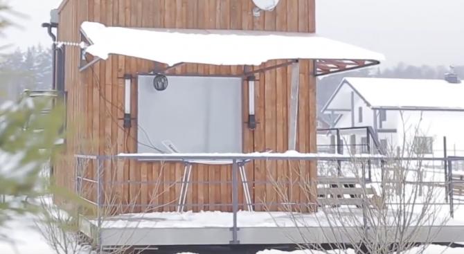 Как тричленно семейство живее в къща с размер четири на четири метра (видео)