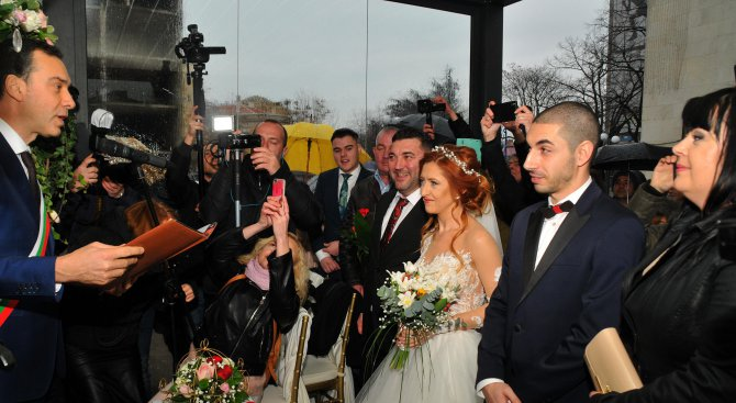 Кметът на Бургас венча няколко двойки по случай Свети Валентин (снимки)