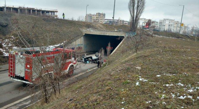 Кола падна от мост в София, една жена е тежко ранена (обновена+снимки+видео)