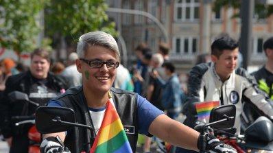 Бъдете по-толерантни! Човек не става гей заради болест (видео)
