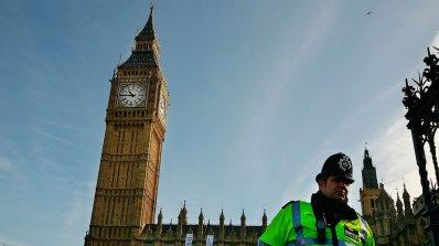 Проверяват подозрителен пакет в сградата на британския парламент