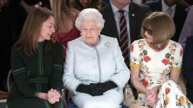 Елизабет Втора за първи път присъства на Лондонската седмица на модата (снимки)